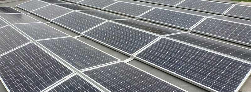 Lapostetőn elhelyezett napelem
